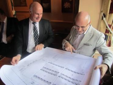 Michel Calmejane, directeur général de Colt France (à droite), découvre le plan de son data centre des Ulis, prévoyant l'installation de Modular Data Centres pour une première tranche de 1 000 m², que lui a remis Guy Ruddock, directeur des infrastructures de data centres chez Colt DCS (à gauche).