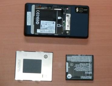 Accès facile à la batterie et aux cartes micro SD et SIM