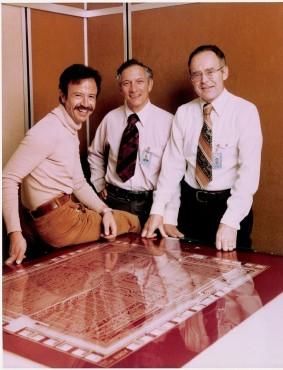 Andrew Grove, Robert Noyce et Gordon Moore, les trois fondateurs d'Intel devant le design du 4004.