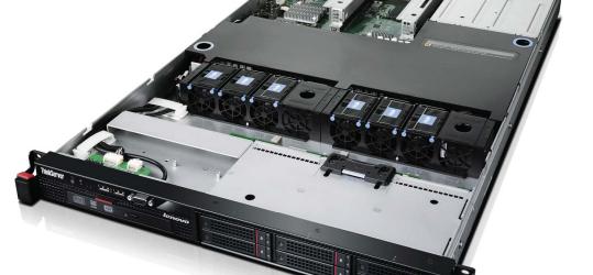 Rack 1U Lenovo ThinkServer RD330 équipé de disques 2,5 pouces