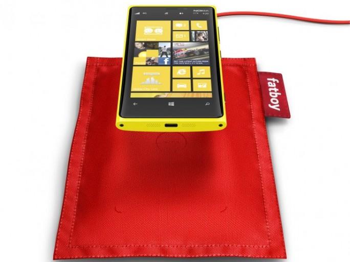 700-fatboy-recharge-pillow-dt-901-with-nokia-lumia-920