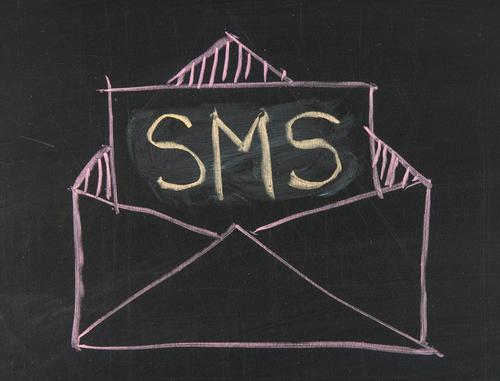 SMS (crédit photo © suwan reunintr - shutterstock)