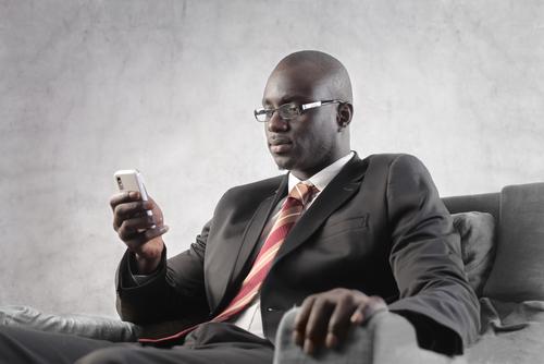 mobile Afrique (crédit photo © andrea michele piacquadio - shutterstock)