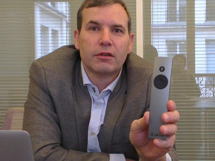 Georges Millet, directeur général de LifeSize France présente l'Icon 600 et sa télécommande simplifiée à l'extrême