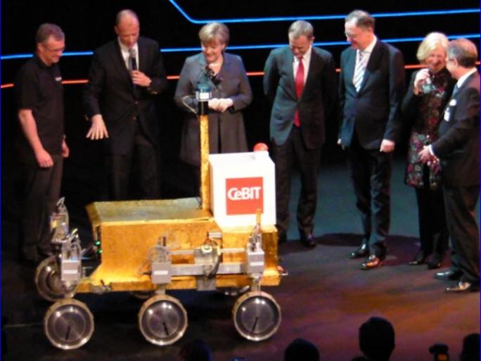 Angela Merkel inaugure le CeBIT 2013, avec le robot Rover