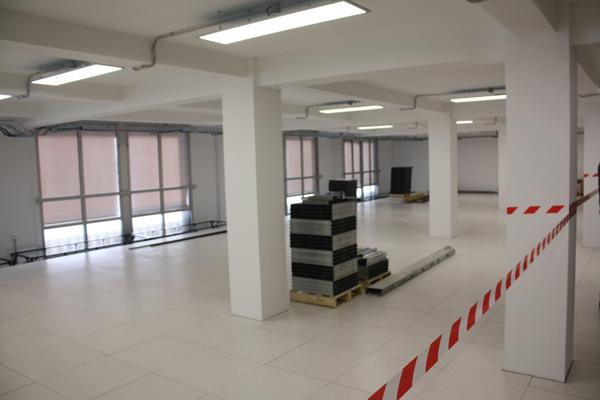 La salle 1, la première du datacenter Neo Center Paris, en cours de finition, attend l'arrivée des baies et donc des clients