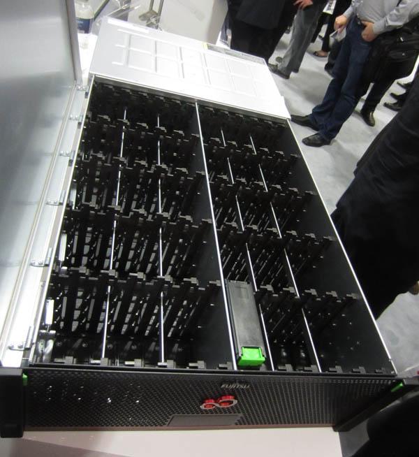 Les capacités étendues d'un tiroir d'extension d'une baie Fujitsu Eternus DX3 (emplacements pour disques 3,5 pouces en position verticale)