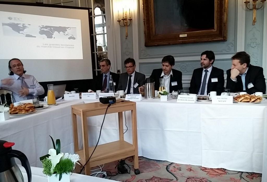 De gauche à droite : José Diz (animateur), Alain Pétrissans (IDC), Konstantinos Voyiatzis (Nexans), Raoul Fuentes (cabinet Itéanu) Sébastien Lescop (Econocom-Osiatis) et Eric Antibi (NetApp).