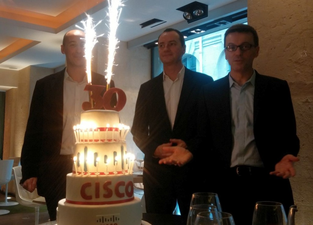De gauche à droite : Christophe Labro (directeur Cloud Service), Bruno Caille (Solutions de Collaboration) et Eric Greffier (Business Solutions & Expertise) fêtent les 30 ans de Cisco.