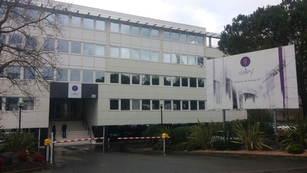 Le Connected Camp est hébergé au sein de l'IoT Valley, un bâtiment de 5000 m2 qui réunit une quarantaine d'entreprises des objets connectés dont Sigfox.