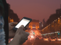 smartphone champs-elysées © AstroStar - shutterstock