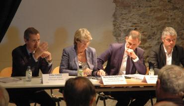 Didier Casas (à gauche), secrétaire général de Bouygues Telecom, s'adressant aux élus membres de l'Anem présidé par Laurent Wauquier (à droite).