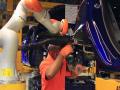 A l'image de plus en plus de constructeurs automobiles, Ford commence à faire cohabiter les robots et les humains sur leurs chaines d'assemblage.