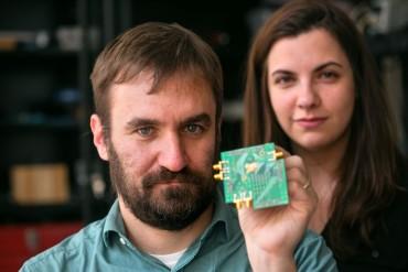 Alyosha Molnar et Hazel Yuksel ont mis au point une nouvelle puce radio sans filtre.