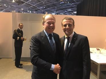 John Chambers et Emmanuel Macron lors de Vivatech, la semaine dernière.