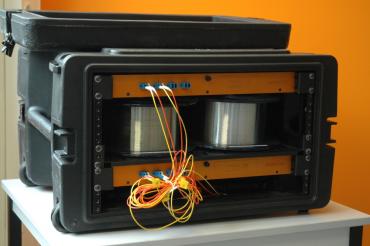 Aroona, le boîtier démultiplicateur des capacités de la fibre multimode (ici en version de test avec un multiplexeur en haut, des bobines de fibres simulant la distance au milieu, et le démultiplexeur en bas.