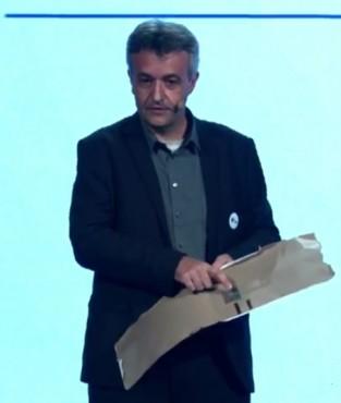 Christophe Fourtet, directeur scientifique de Sigfox, démontre comment un composant radio de quelques centimes peut servir d'accusé-réception d'un courrier.