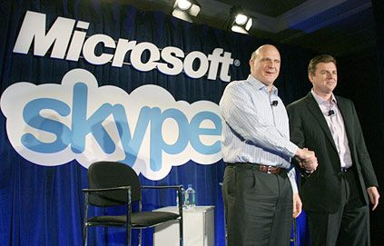 Ballmer et Bates lors de la signature de l'acquisition de Skype par Microsoft