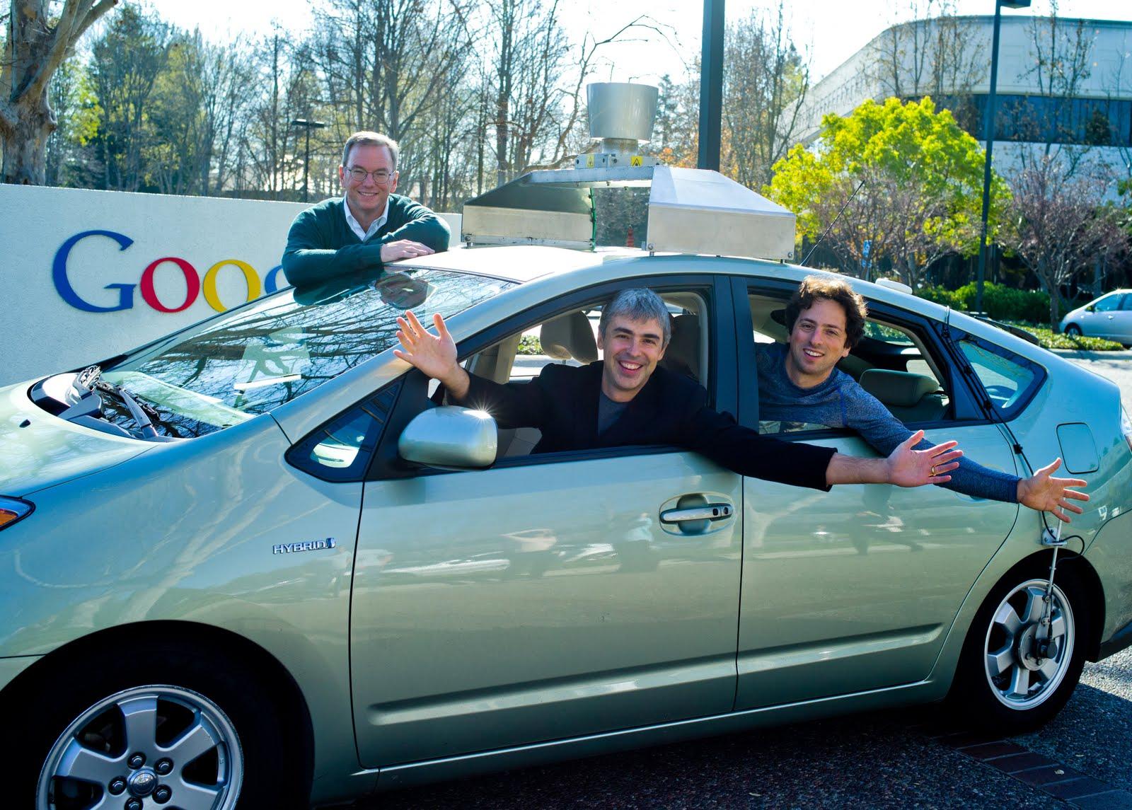 Eric Schmidt, Larry Page et Sergey Brin, dirigeants de Google, dans une voiture automatique